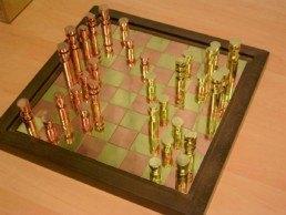 Juego de ajedrez realizado en latón y cobre